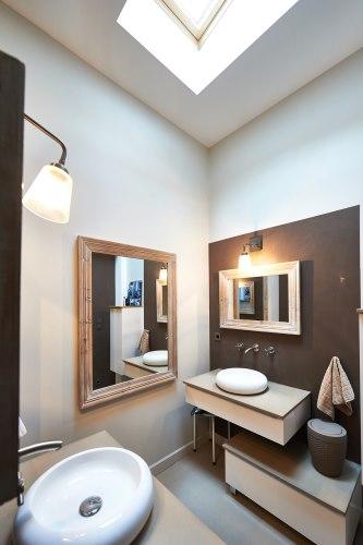 vasque symbolisant un galet miroir dinspiration bois flott couleurs douces et chaudes pour cette salle de bain le charme dune invitation au voyage